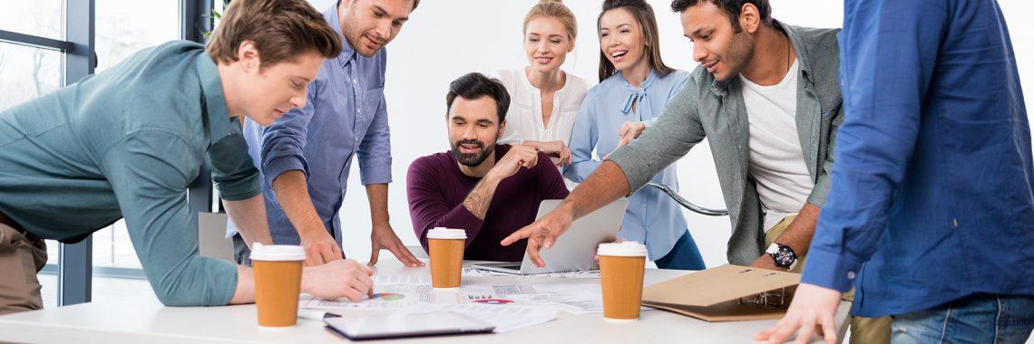 Groupe travaillant ensemble