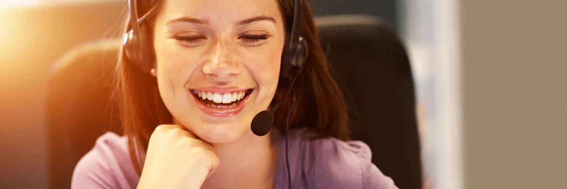 Jeune femme en centre d'appel