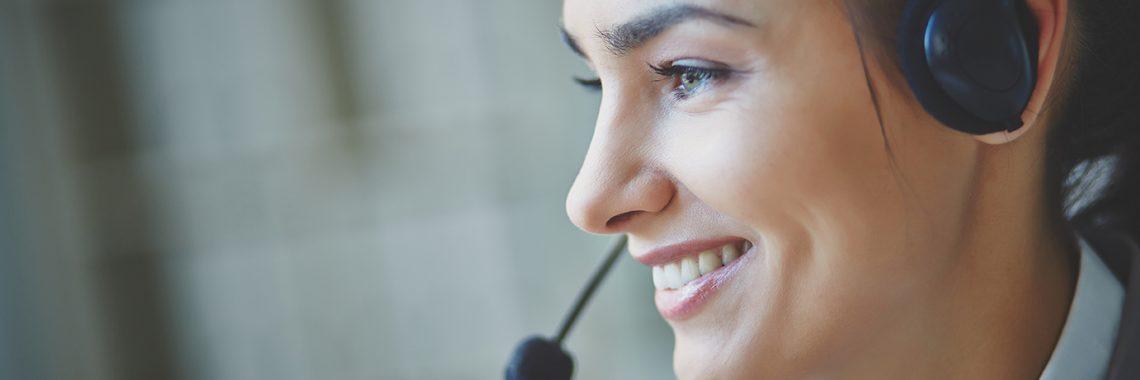 Femme dans centre d'appel